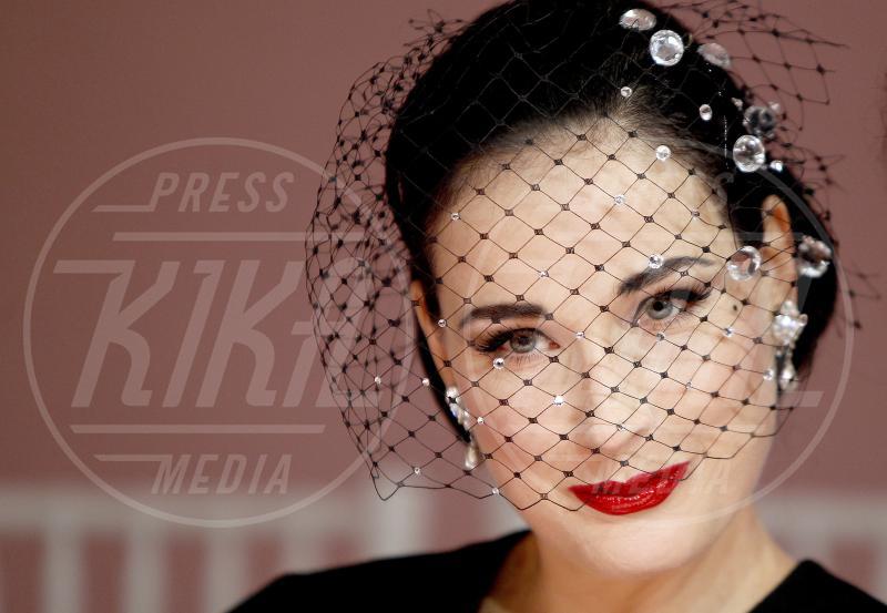 Dita Von Teese - Parigi - 21-01-2013 - Il fascino retrò del cappello con veletta