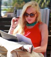 Lindsay Lohan - Venice Beach - 19-10-2012 - Leggere, che passione! Anche le star lo fanno!