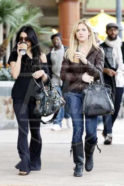 Vanessa Hudgens, Brittany Snow - Los Angeles - 11-02-2010 - Rivali sul set? No, amiche per la pelle!