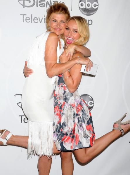 Connie Britton, Hayden Panettiere - Beverly Hills - 27-07-2012 - Rivali sul set? No, amiche per la pelle!