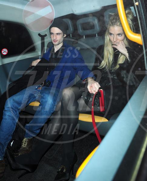 Tom Sturridge, Sienna Miller - Londra - 31-01-2013 - Star come noi: Edoardo Bennato nella metro napoletana