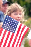 Taylor Swift - 04-07-2012 - Star come noi: il vento non risparmia nessuna chioma