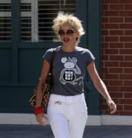 Sharon Stone - Los Angeles - 07-09-2007 - Star come noi: il vento non risparmia nessuna chioma