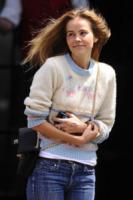 Isabel Lucas - New York - 06-05-2012 - Star come noi: il vento non risparmia nessuna chioma