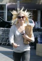 LeAnn Rimes - Beverly Hills - 19-08-2009 - Star come noi: il vento non risparmia nessuna chioma