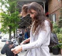 Katie Holmes - New York - 25-04-2012 - Star come noi: il vento non risparmia nessuna chioma