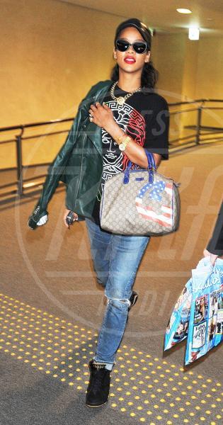 Rihanna - Tokyo - 15-08-2012 - A ogni star il suo bauletto