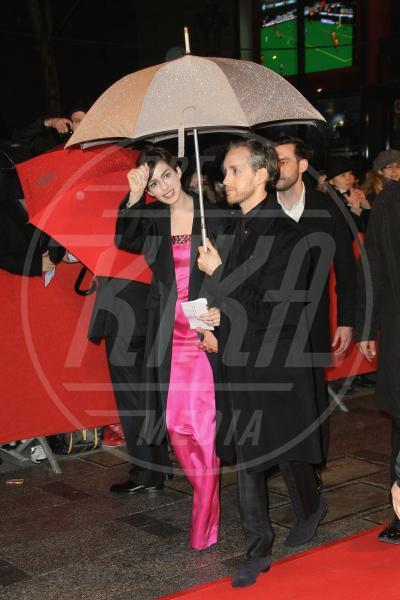 Adam Shulman, Anne Hathaway - Parigi - 06-02-2013 - La primavera non arriva. E tu, di che ombrello sei?