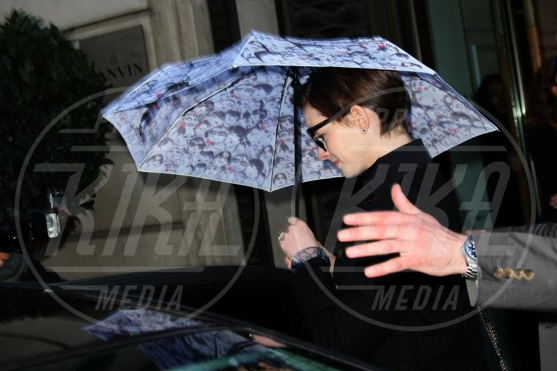 Anne Hathaway - Parigi - 07-02-2013 - La primavera non arriva. E tu, di che ombrello sei?