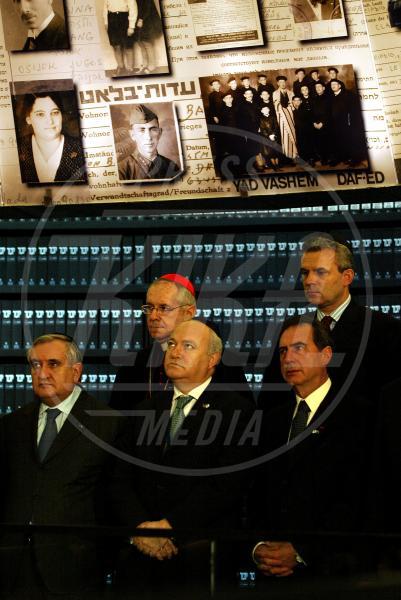 Jean-Louis Tauran, Miguel Morations, Jean Pierre Raffarin - Jerusalem - 16-03-2005 - Sarà vero? Dopo Benedetto XVI un Papa nero?