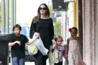 Vivienne Jolie Pitt, Pax, Zahara Jolie Pitt, Angelina Jolie - New Orleans - 10-03-2012 - Charlotte Brosnan poteva salvarsi con il test anticancro?