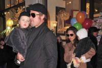 Vivienne Jolie Pitt, Knox Leon Jolie Pitt, Angelina Jolie, Brad Pitt - Los Angeles - 04-12-2010 - Brad Pitt-Angelina Jolie: pronto il contratto prematrimoniale