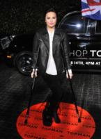 Demi Lovato - Los Angeles - 14-02-2013 - Star come noi: che scomode queste stampelle!