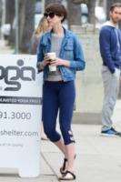 Adam Shulman, Anne Hathaway - Beverly Hills - 18-02-2013 - Un classico che ritorna: il giubbotto di jeans
