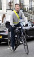 David Cameron - Londra - 17-03-2010 - Cameron lascia le acque agitate della politica per il bodyboard
