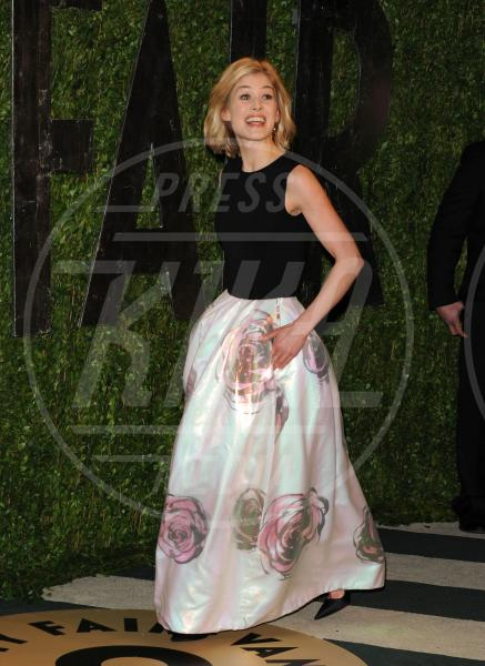 Rosamund Pike - Los Angeles - 25-02-2013 - Vita stretta e gonna ampia: bentornati anni '50!