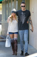 Christopher French, Ashley Tisdale - Los Angeles - 01-03-2013 - Tendenze: shorts e stivali alti nel guardaroba delle star
