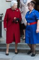 Regina Elisabetta II - 04-03-2013 - Sarà un inverno caldo… con un cappotto rosso!