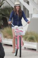 Alessandra Ambrosio - Los Angeles - 06-03-2013 -  Dove vai se la bicicletta, trendy, non ce l'hai?