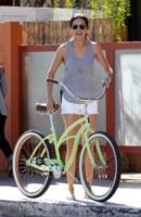 Adriana Lima - Santa Monica - 08-03-2013 -  Dove vai se la bicicletta, trendy, non ce l'hai?