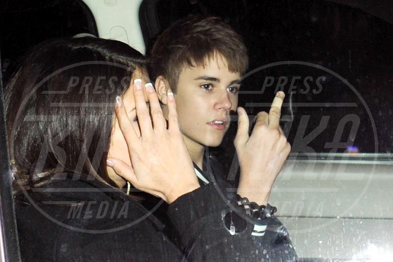 Selena Gomez, Justin Bieber - Los Angeles - 01-03-2011 - Dal libro delle celebrities: il comandamento del dito medio