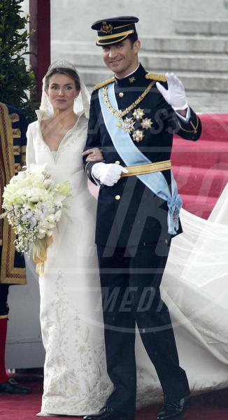 Re Felipe di Borbone, Letizia Ortiz - 24-05-2004 - Amal e George: Hello! e People svelano l'abito della sposa