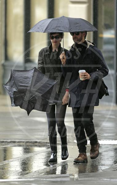 Adam Shulman, Anne Hathaway - New York - 12-03-2013 - La primavera non arriva. E tu, di che ombrello sei?