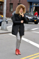 Sienna Miller - New York - 18-03-2013 - Star come noi: Sienna Miller cerca un taxi a New York