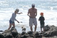 figlio, Liev Schreiber, Naomi Watts - Los Angeles - 23-03-2013 - Anche i VIP in spiaggia con i fidati amici a quattro zampe