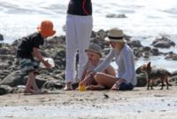 figli, Naomi Watts - Los Angeles - 23-03-2013 - Naomi Watts: quant'è bello andare al mare con la famiglia