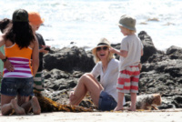 Samuel Schreiber, Alexander Schreiber, Naomi Watts - Los Angeles - 23-03-2013 - Naomi Watts: quant'è bello andare al mare con la famiglia