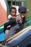 Louis Bullock, Sandra Bullock - Los Angeles - 26-03-2013 - Star come noi: neo mamme un po'...sciatte? Evviva la normalità!