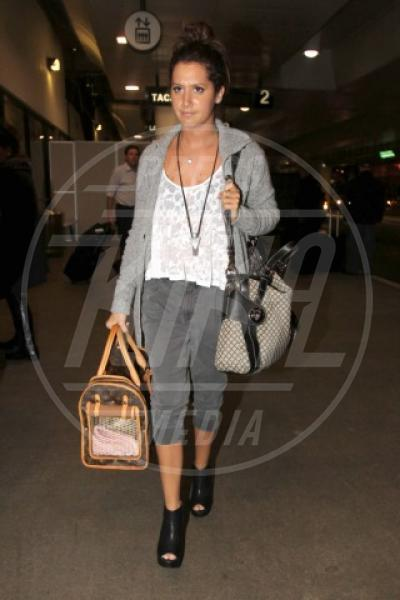 Ashley Tisdale - Los Angeles - 22-10-2010 - Il cagnetto, dove lo metto? Fai come le celebs!