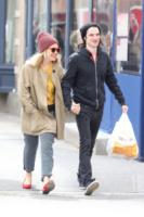 Tom Sturridge, Sienna Miller - New York - 28-03-2013 - Un pugno nell'occhio: Sienna Miller, oggi mi va di uscire in pigiama