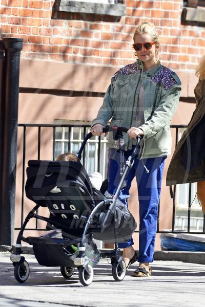 Sienna Miller - New York - 29-03-2013 - A tre ruote, colorato o tutto blu: a ognuno il suo passeggino