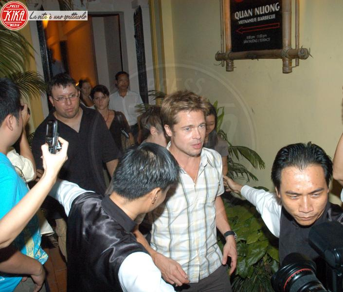 Angelina Jolie, Brad Pitt - Ho Chi Minh - 06-12-2006 - Jolie, dura la vita coi paparazzi