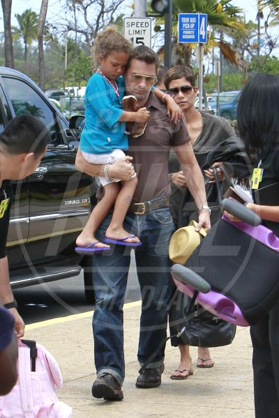 Nahla Ariela Aubry, Olivier Martinez, Halle Berry - Hawaii - 01-04-2013 - Amore, ma quando scendi dalle braccia di mamma?