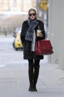 Olivia Palermo - New York - 08-04-2013 - Questa bottiglia è di Nina Dobrev: c'è scritto sopra!