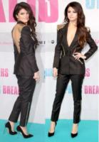 Selena Gomez - Berlino - Vade retro abito!: Selena Gomez in tailleur pantalone Versace