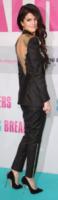 Selena Gomez - Berlino - 19-02-2013 - Vade retro abito!: Selena Gomez in tailleur pantalone Versace