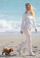 Michelle Hunziker - Varigotti - 13-04-2013 - Anche i VIP in spiaggia con i fidati amici a quattro zampe