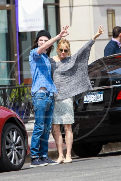 Tom Sturridge, Sienna Miller - New York - 15-04-2013 - Il maglione è la soluzione per la… fredda stagione!