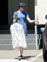 Anne Hathaway - Los Angeles - 17-04-2013 - Star come noi: Anne Hathaway porta i vestiti in lavanderia