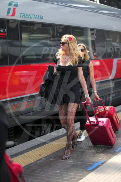 Valeria Marini - Milano - 18-04-2013 - Star come noi: Edoardo Bennato nella metro napoletana