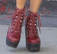 Vanessa Hudgens - Los Angeles - 28-09-2012 - Aperte, chiuse, piccole, grosse: basta che siano scarpe rosse!
