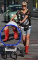Tori Spelling - Los Angeles - 21-04-2013 - Aperte, chiuse, piccole, grosse: basta che siano scarpe rosse!