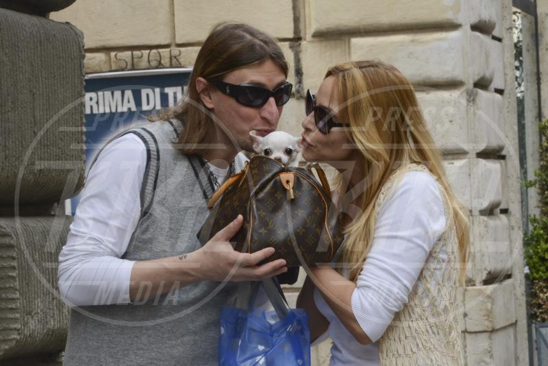 Simone Gianlorenzi, Stefania Orlando - Roma - 25-04-2013 - Il cagnetto, dove lo metto? Fai come le celebs!