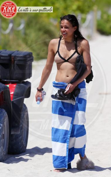 Michelle Rodriguez - Miami - 26-04-2013 - Shorts, maxidress o pareo: e tu cosa indossi in spiaggia?