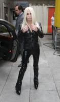 Donatella Versace - Londra - 28-04-2013 - Penelope Cruz vestita a lutto nei panni di Donatella Versace