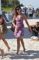 Nina Dobrev - Miami - 28-04-2013 - Shorts, maxidress o pareo: e tu cosa indossi in spiaggia?